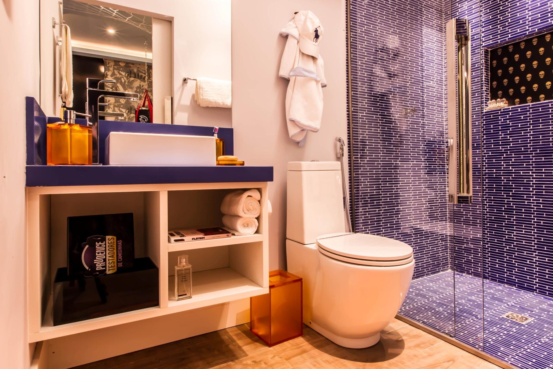 banheiro diminuto é bem resolvidos nas pastilhas desencontradas e nos #B1511A 1920 1279