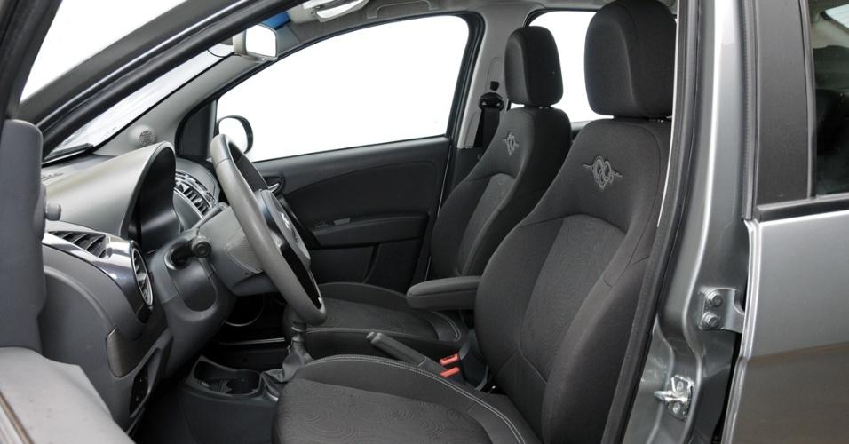 Interior do Grand Siena é espaçoso, principalmente para a cabeça. O banco do motorista pode ter regulagem de altura, mas o item é opcional