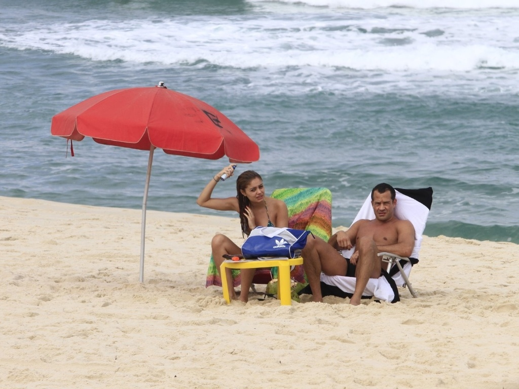 Malvino Salvador e Sophie Charlotte curtiram o Dia dos Namorados na praia da Barra da Tijuca, zona oeste od Rio (12/6/12)