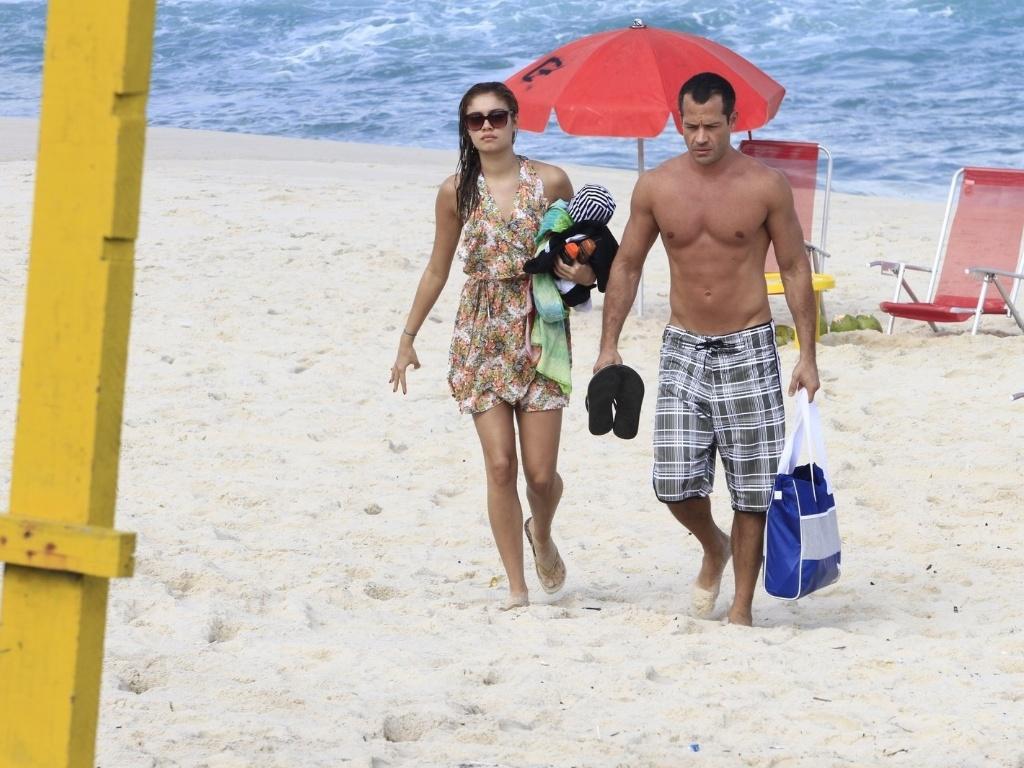 Malvino Salvador e Sophie Charlotte deixam a praia da Barra da Tijuca, zona oeste do Rio (12/6/12)