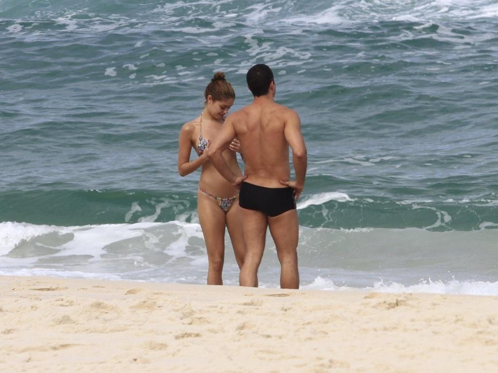 Malvino Salvador e Sophie Charlotte foram à praia da Barra da Tijuca, zona oeste do Rio (12/6/12)