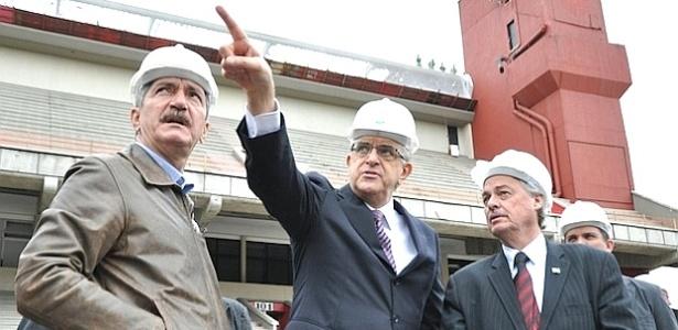 Ministro Aldo Rebelo (esq.) e o presidente do Atlético-PR, Mário Celso Petraglia (C), durante visita à Arena (12/06/2012)