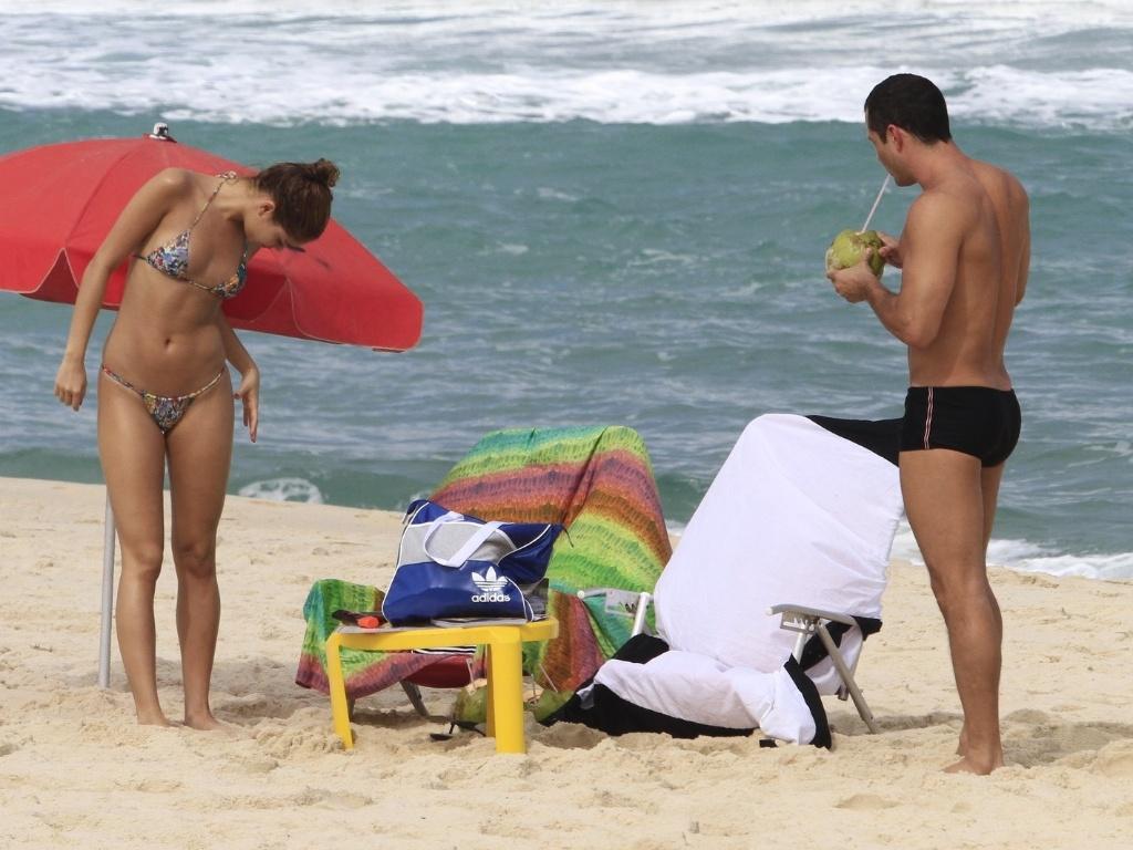 O casal de atores Malvino Salvador e Sophie Charlotte aproveitaram o Dia dos Namorados para curtirem o dia na praia da Barra da Tijuca, zona oeste do Rio (12/6/12)