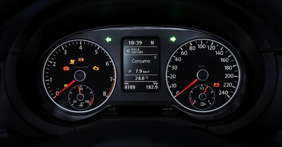 Painel de instrumentos é padrão e ponto alto da gama Volkswagen: ótima leitura e iluminação eficiente