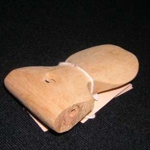 O pedhuá tradicional, de origem indígena, servia para atrair passáros e era feito de madeira