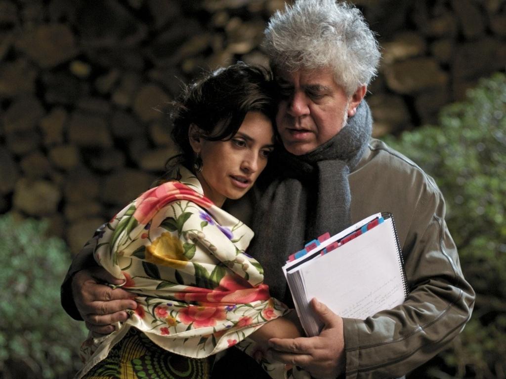 Penélope Cruz e Pedro Almodóvar no set de filmagens de
