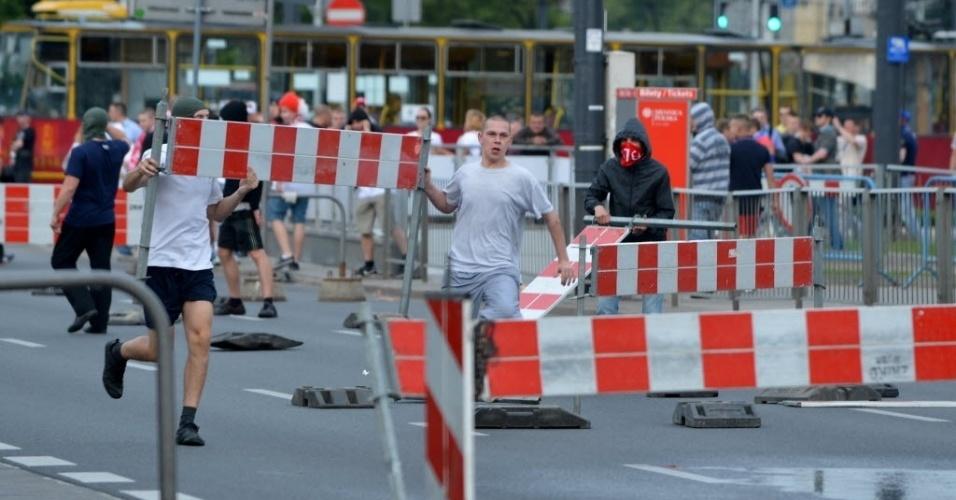 Poloneses brigam com russos antes da partida entre as seleções em Varsóvia