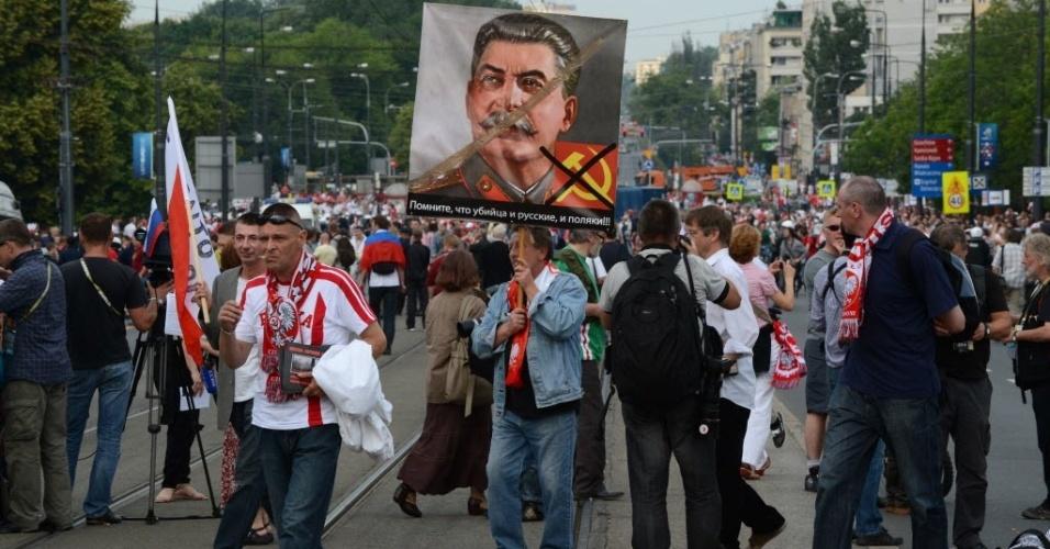 Poloneses erguem cartaz com um