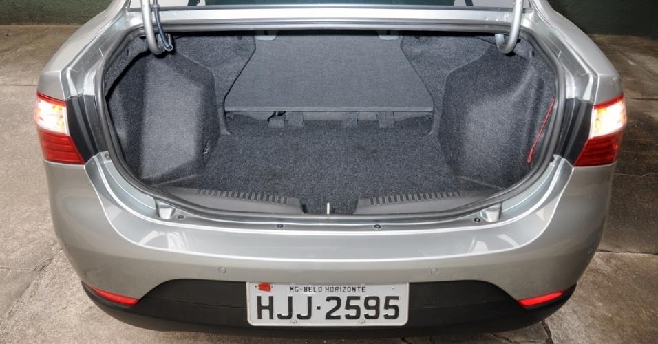 """Porta-malas carrega ótimos 520 litros -- 20 l a mais que o da geração anterior. Sem os """"pescoços-de-ganso"""", o volume seria ainda melhor"""