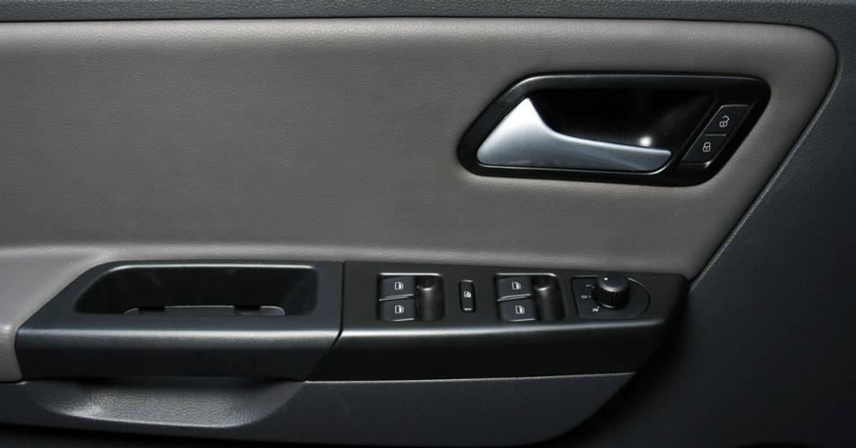 Revestimento interno do CrossFox é bem executado. Motorista tem opção de revestir bancos e painéis das portas com couro Native (foto) por R$ 567