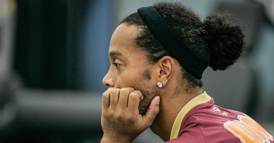 Ronaldinho Gaúcho em momento reflexivo após o treino do Atlético-MG (12/6/2012)