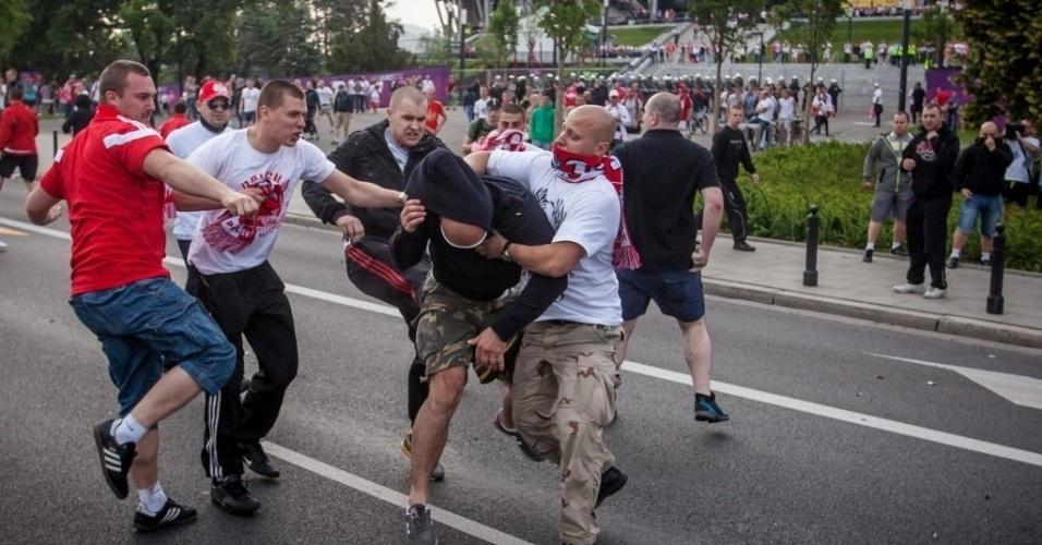 Russo é espancado por grupo de torcedores poloneses nos arredores do Estádio Nacional de Varsóvia antes da partida entre as duas seleções válida pelo Grupo A da Euro-2012
