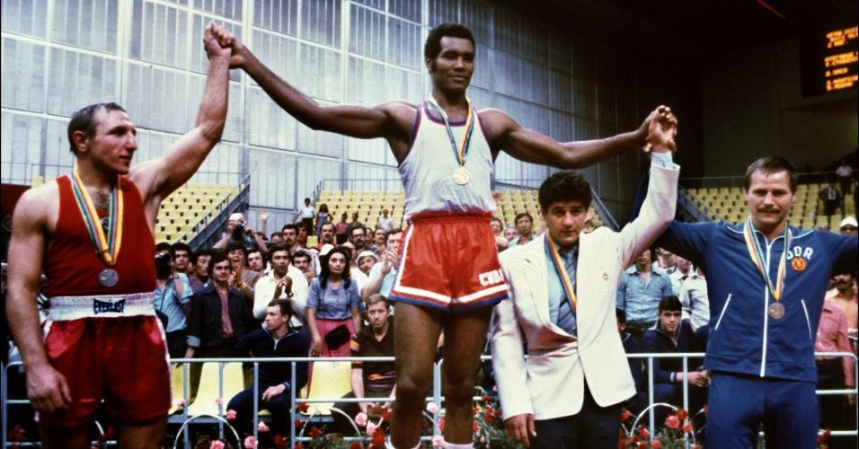 Teofilo Stevenson recebe uma de suas três medalhas de ouro olímpicas; maior boxeador amador da história, o cubano morreu no dia 11 de junho de 2012, de infarto