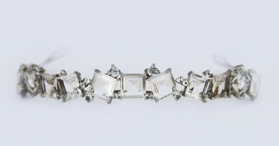 Tiara em prata com quartzo incolor da joalheria LaSpiniella (www.laspiniella.com.br). No local, o aluguel da peça sai por R$ 972. Preço pesquisado em junho de 2012 e sujeito a alterações