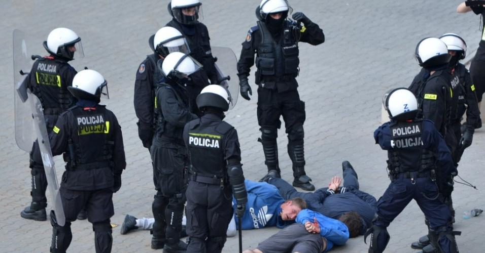 Torcedores são presos após briga entre russos e poloneses nos arredores do Estádio Nacional de Varsóvia