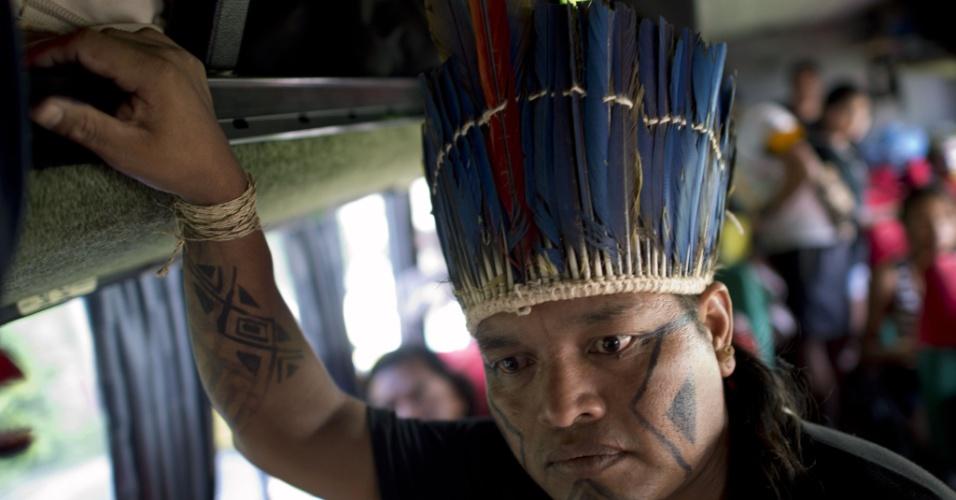 12.jun.2012 - Índio matogrossense se prepara para descer do ônibus em Jacarepaguá
