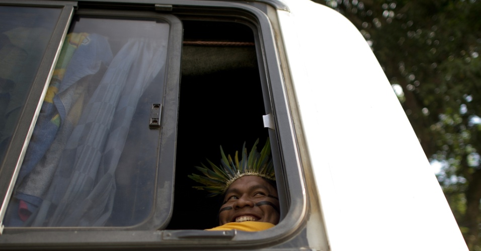 12.jun.2012 - Índio proveniente do Mato Grosso sorri do ônibus ao chegar em Jacarepaguá para evento paralelo da Rio+20
