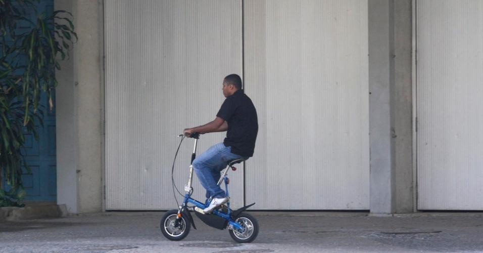 13.jun.2012 - Bicicleta elétrica é alternativa para percorrer grandes distâncias na Rio+20