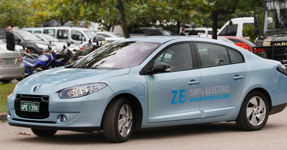 13.jun.2012 - Carros el&#233;tricos de diversas marcas surgem no estacionamento da RIO +20, no Riocentro