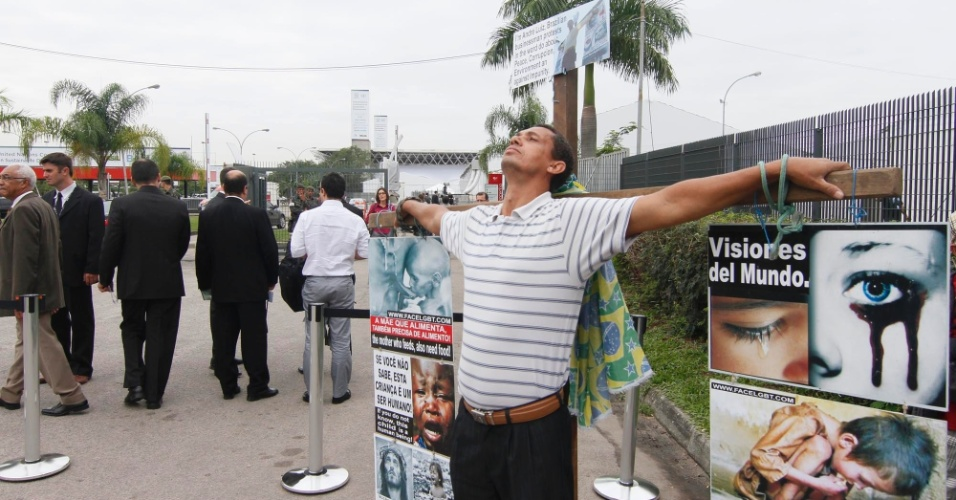 13.jun.2012 - &#34;Crucificado&#34;, o mineiro Andr&#233; Luiz faz protesto na entrada do Riocentro. Ele diz que vai permanecer de p&#233; no local at&#233; o dia 18