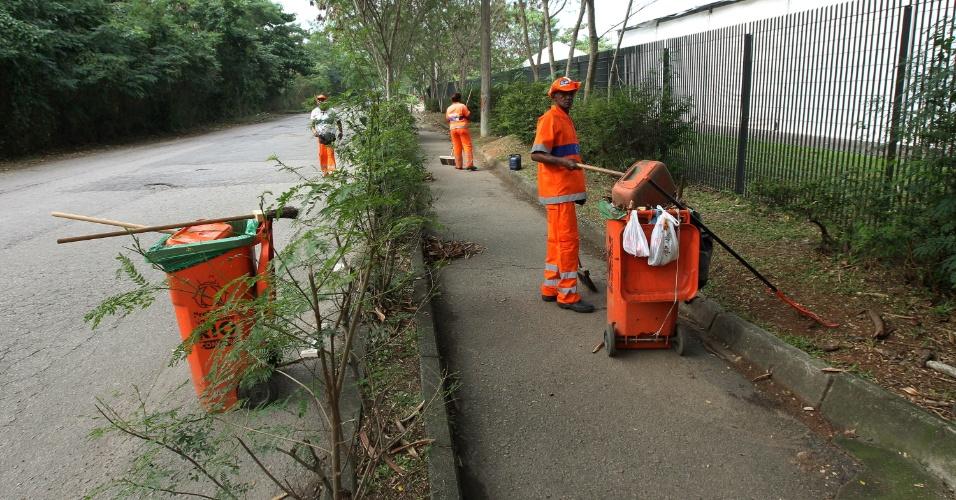 13.jun.2012 - Garis limpam rua nas proximidades do Riocentro
