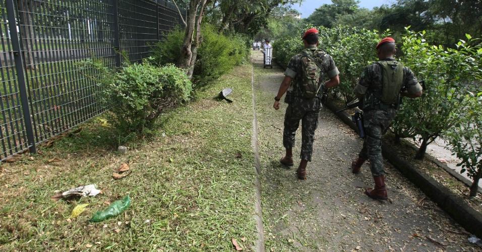 13.jun.2012 - Garrafa pet largada é vista em rua próxima ao Riocentro