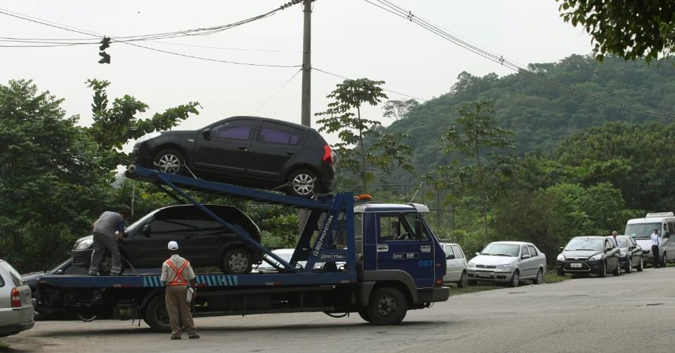13.jun.2012 - Guarda Municipal reboca carros estacionados irregularmente no entorno do Riocentro (não há área próxima para estacionamento de não credenciados)