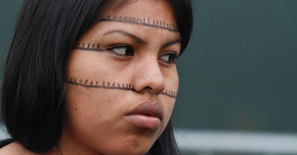 13.jun.2012 - Índia em frente ao Riocentro; evento paralelo à Rio+20 vai debater direitos da população indígena