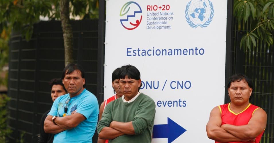 13.jun.2012 - Índios esperam ao Riocentro, evento paralelo à Rio+20 vai debater direitos da população indígena