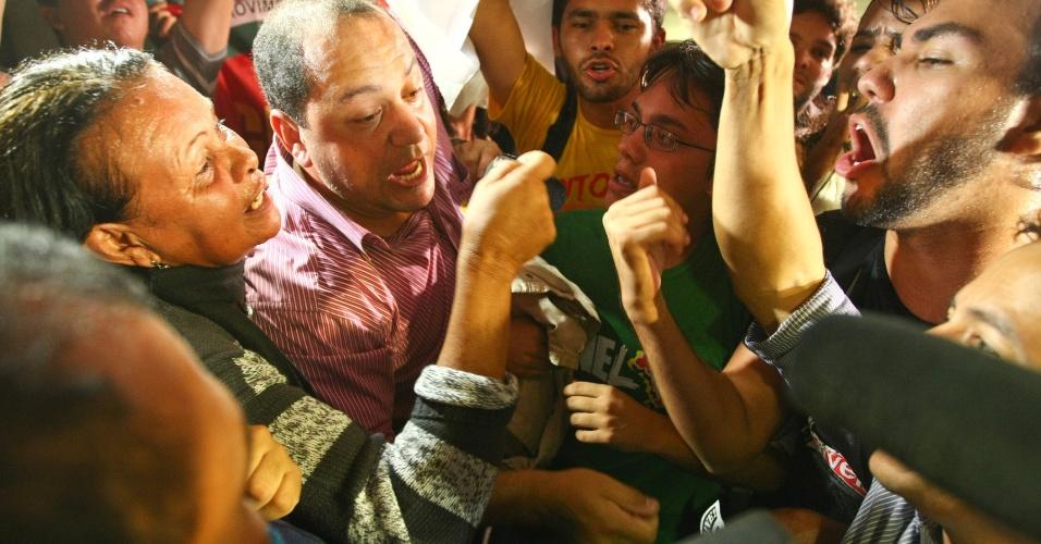 13.jun.2012 - Manifestantes que apoiam o governador do DF, Agnelo Queiroz, e estudantes contrários ao político batem boca no Senado Federal, em Brasília, em frente ao local onde ocorre a sessão da CPI do Cachoeira em que está sendo ouvido o governador