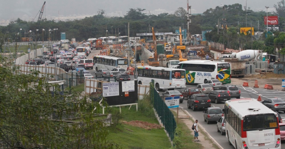 13.jun.2012 - Por causa do engarrafamento, o ônibus oficial exclusivo para a Rio +20 leva uma hora e 32 minutos do Leblon ao Riocentro