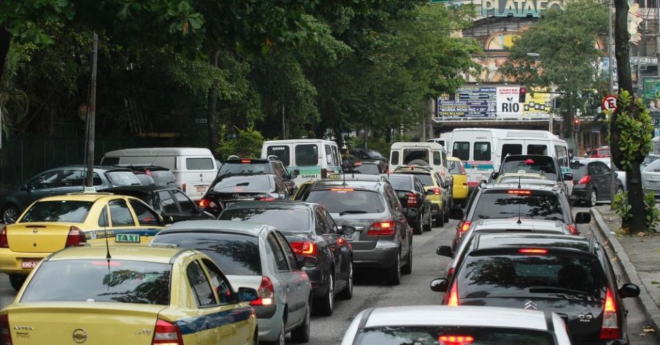 13.jun.2012 - Rua Salvador Alende, em frente ao Riocentro, com vários pontos de congestionamento, nesta quarta-feira (13