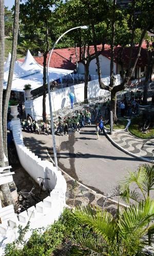 13.jun.2012 - Um vazamento de esgoto logo na entrada do Forte de Copacabana, zona sul do Rio, incomodou os visitantes e convidados que chegavam para participar do Humanidade, um dos eventos paralelos da Rio+20. O esgoto escorria pelo caminho por onde passava o público, deixando forte cheiro