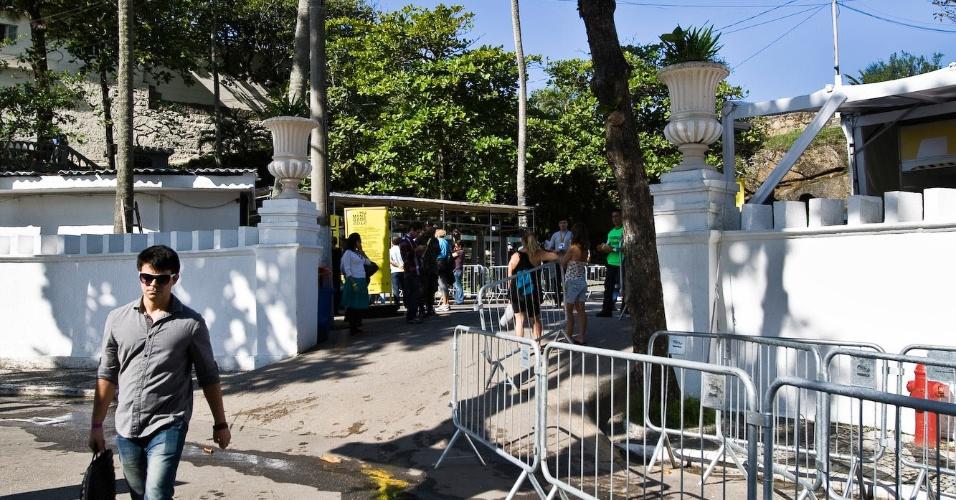 13.jun.2012 - Vazamento de esgoto causa mau cheiro na entrada do espaço Humanidade 2012, evento da Rio+20, no Forte de Copacabana