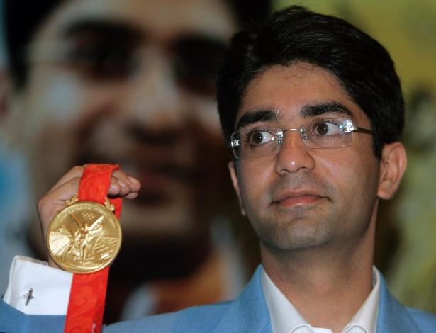 Abhinav Bindra exibe sua medalha de ouro; indiano começou a carreira aos 5 anos, atirando na empregada