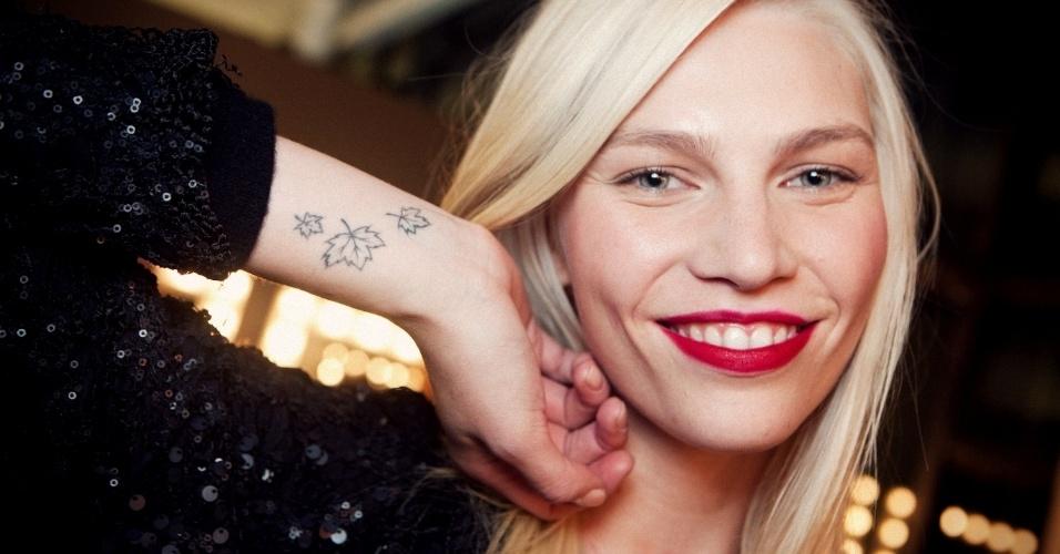 Aline Weber mostra tatuagem no pulso
