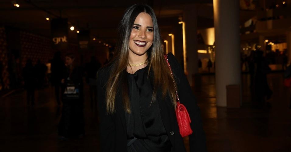 Cantora Wanessa Camargo com look escuro durante o terceiro dia de desfiles na SPFW Verão 2013 (13/6/12)