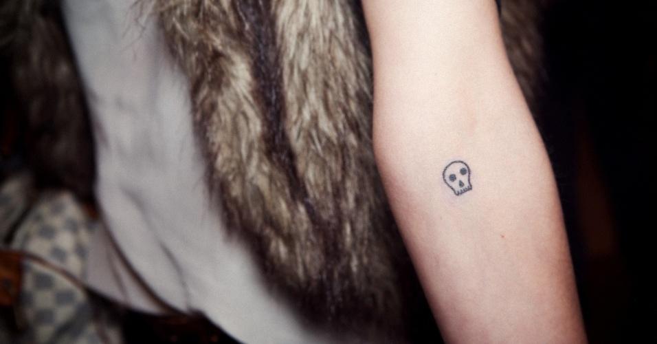 Caveira tatuada no braço de Stefania