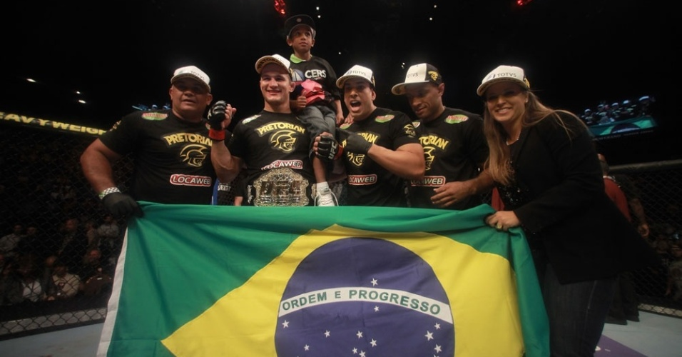 Cigano comemora a defesa de cinturo dos pesados do UFC, em vitria sobre Frank Mir