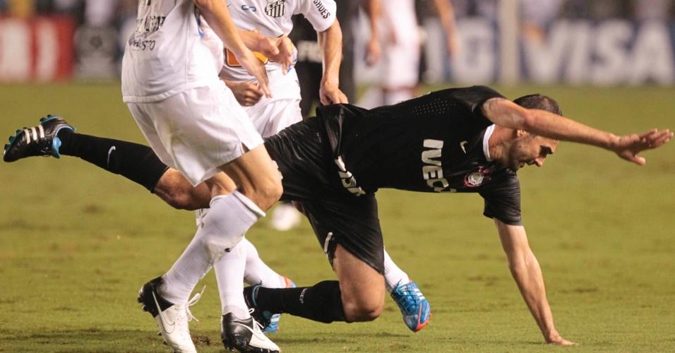 Danilo, do Corinthians, vai ao chão durante a partida contra o Santos