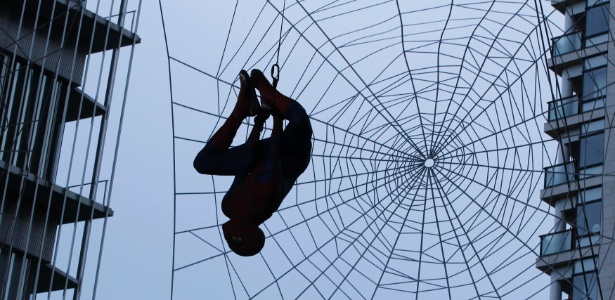 Dubl� vestido de Homem-Aranha fica pendurado em pr�dio de T�quio para lan�amento do filme (13/6/12)