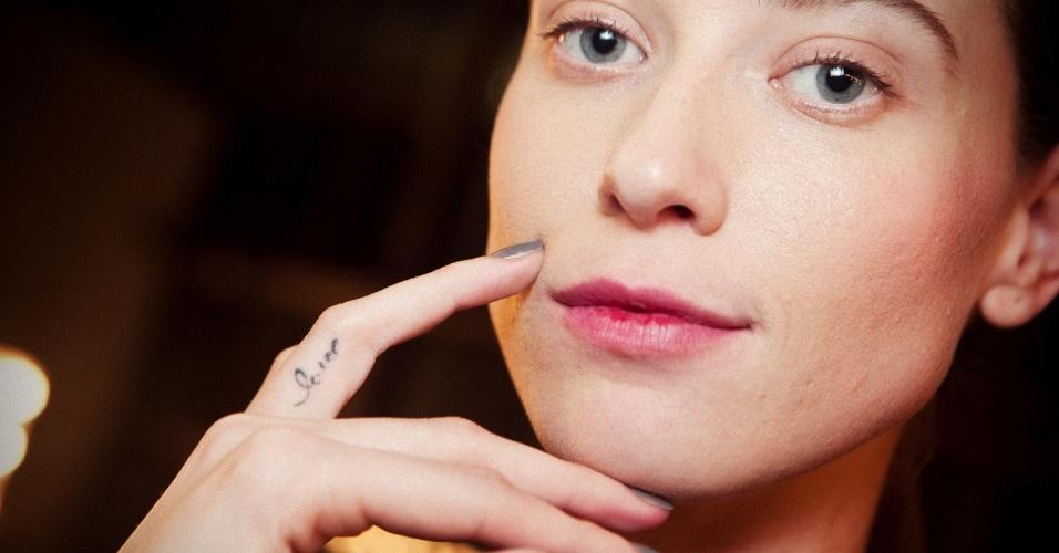 "Fabiana Mayer mostra tatuagem ""lay"" no dedo"