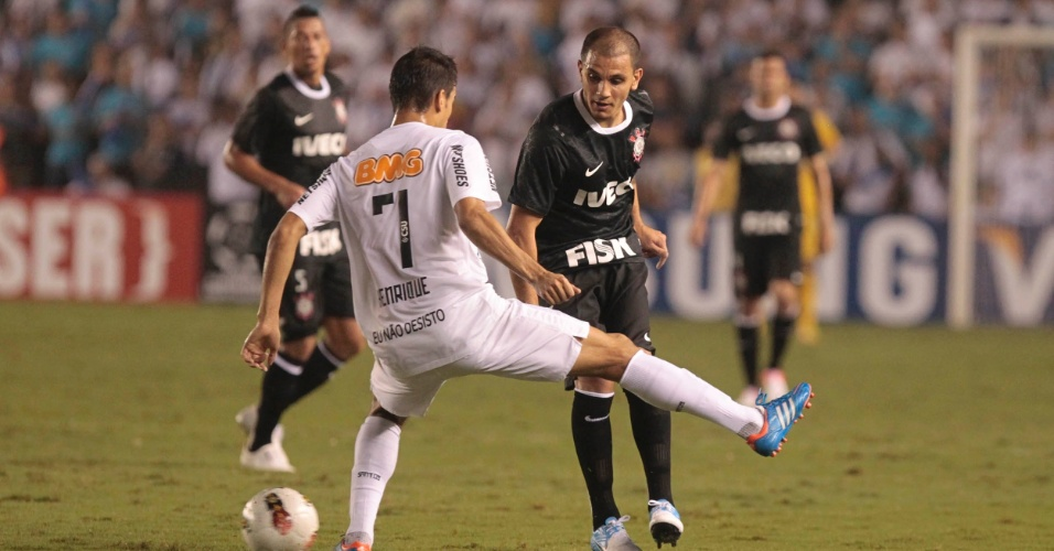 Fábio Santos, do Corinthians, encara a marcação de Henrique, do Santos