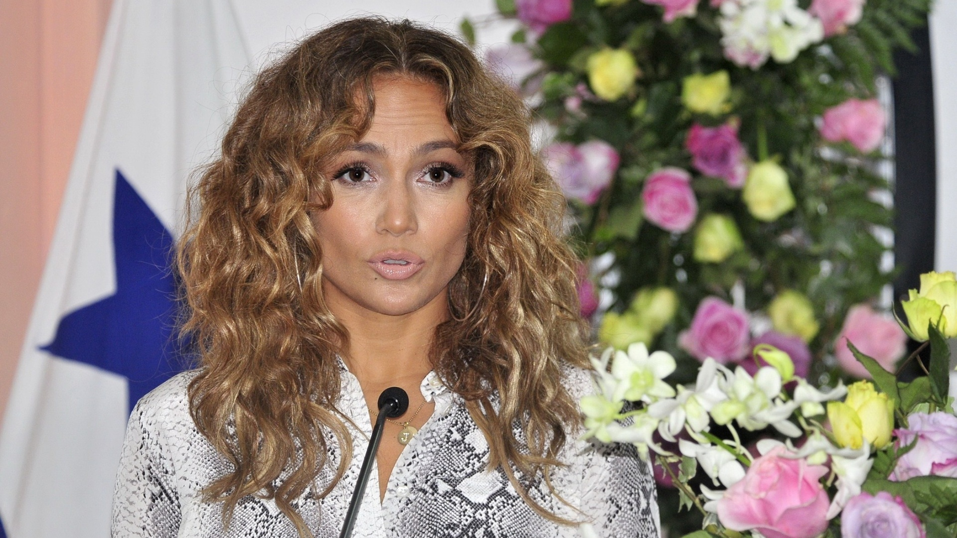 Jennifer Lopez dá entrevista em hospital infantil do Panamá após doar equipamentos à instituição (12/6/12)