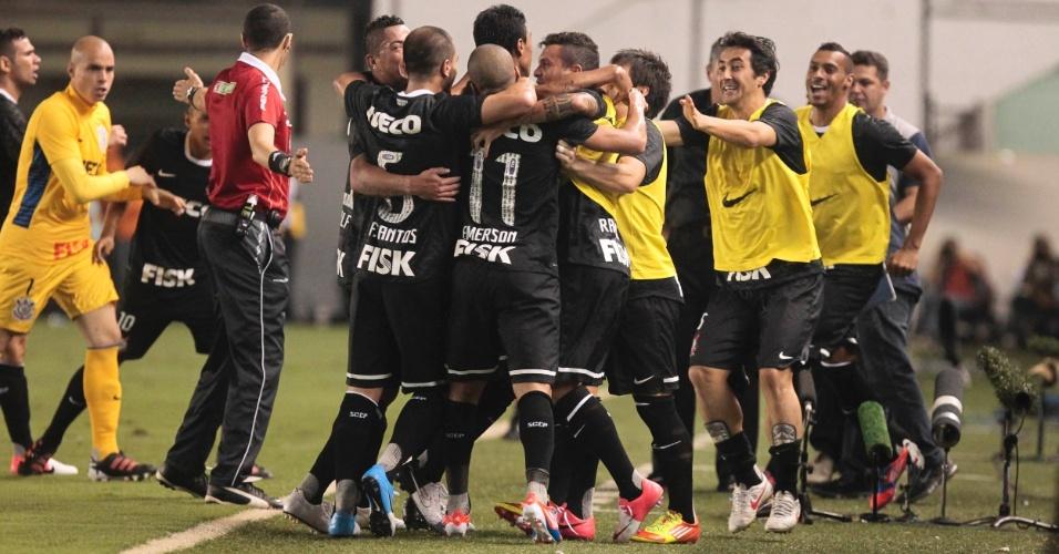 Jogadores do Corinthians comemoram o gol marcado por Emerson contra o Santos
