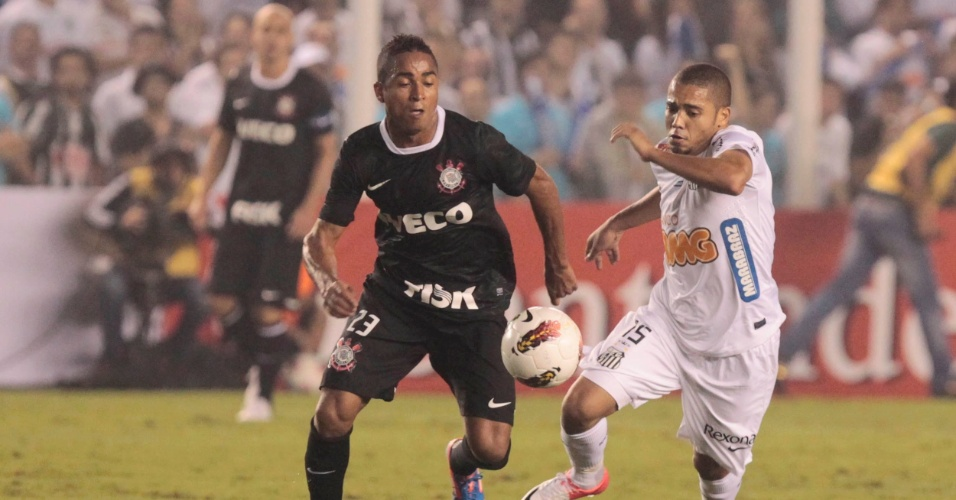 Jorge Henrique, do Corinthians, e Adriano, do Santos, disputam a jogada