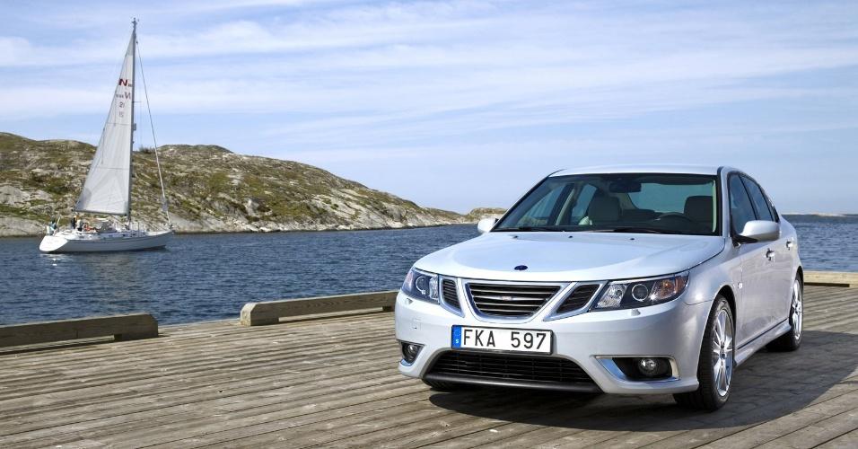 Saab 9-3, último modelo rentável da marca sueca, servirá de base para carro elétrico que marcará renascimento da empresa em 2014. Fabricado sobre plataforma da GM que também originou Astra, Malibu e Insignia, o 9-3 já teve configurações sedã, perua e conversível e também um protótipo elétrico