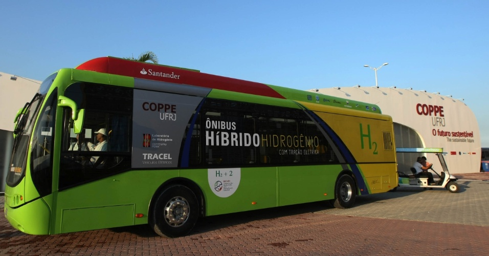 Ônibus híbrido hidrogênio da Coppe com a tomada para celulares no interior do veículo