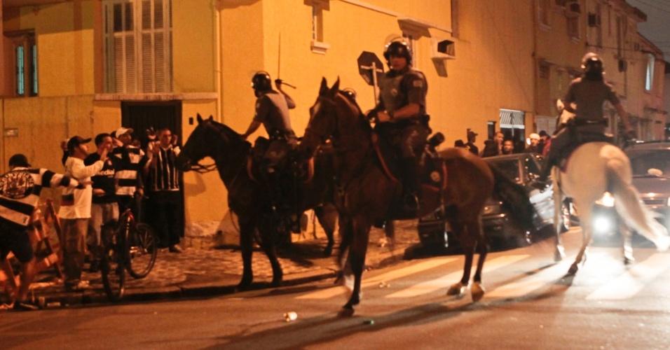 Polícias da cavalaria dispersam um princípio de confusão com a torcida do Corinthians nos arredores da Vila