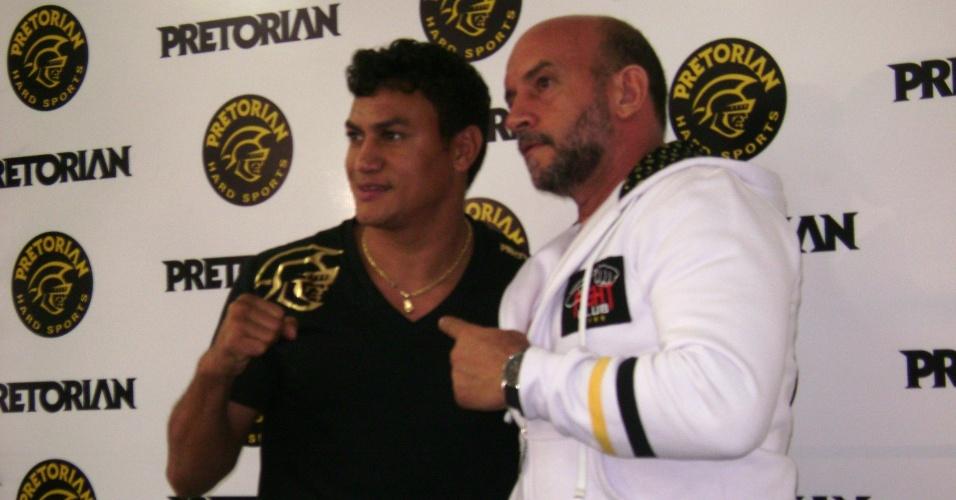 Popó posa com o técnico Ulisses Pereira em coletiva de imprensa após sua vitória contra Michael Oliveira